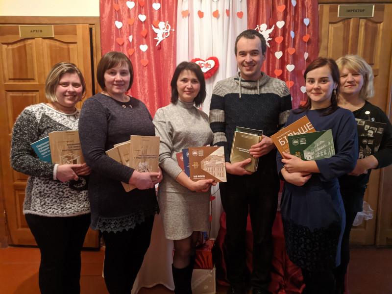 Сергій Щербатюк (у центрі) дарує книги бібліотеці