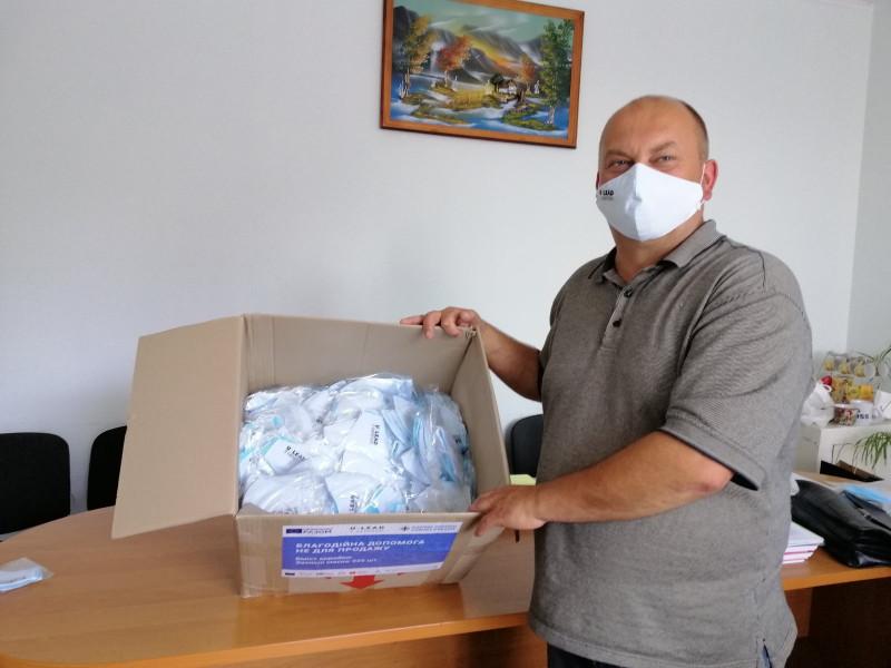 Селищний голова Віктор Іщук отримує благодійну допомогу